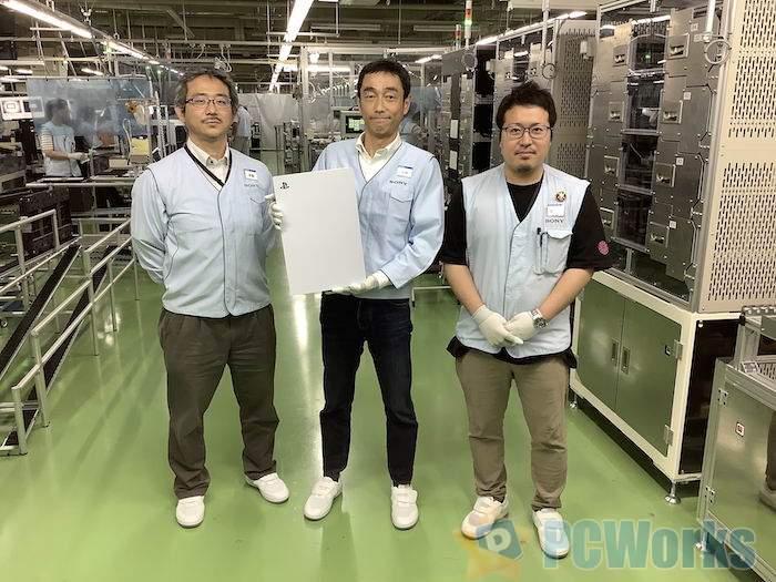 这张照片首次展示了工厂生产线上的PS5